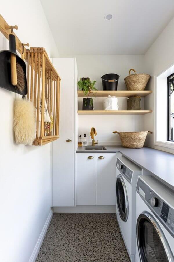 Decoração clean com prateleira de madeira para lavanderia branca planejada de canto