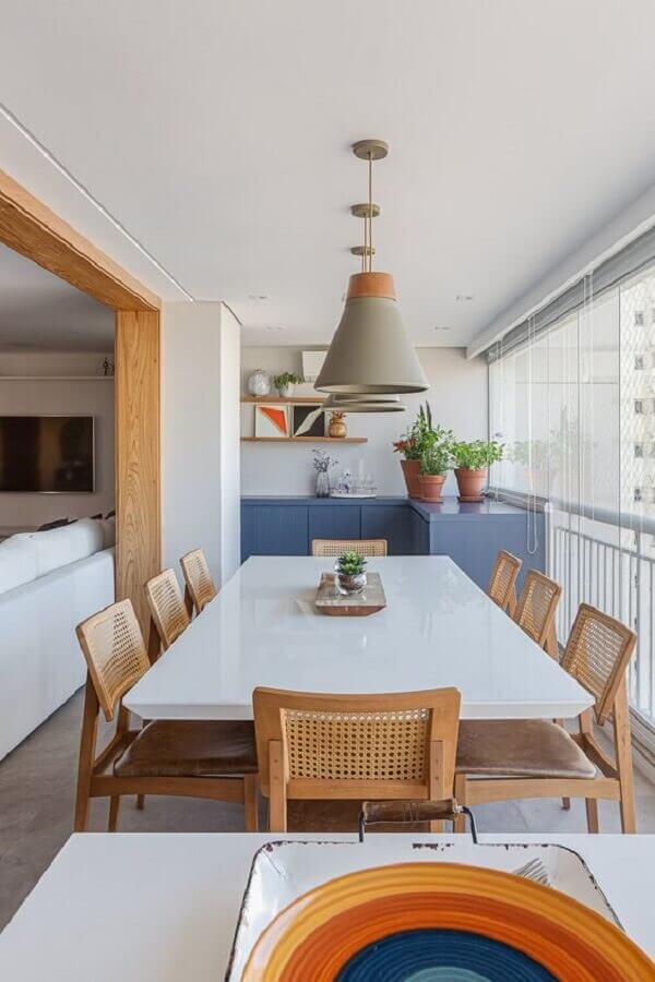 decoração clean em cores claras com luminária pendente para área gourmet