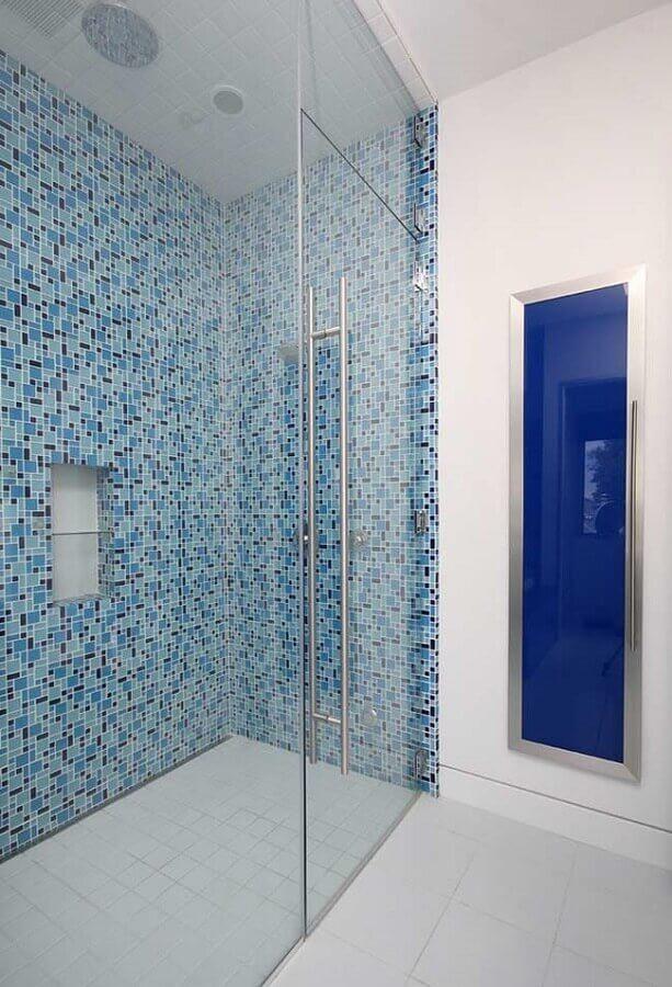 decoração clean para banheiro com pastilha azul na área do box Foto Pinterest