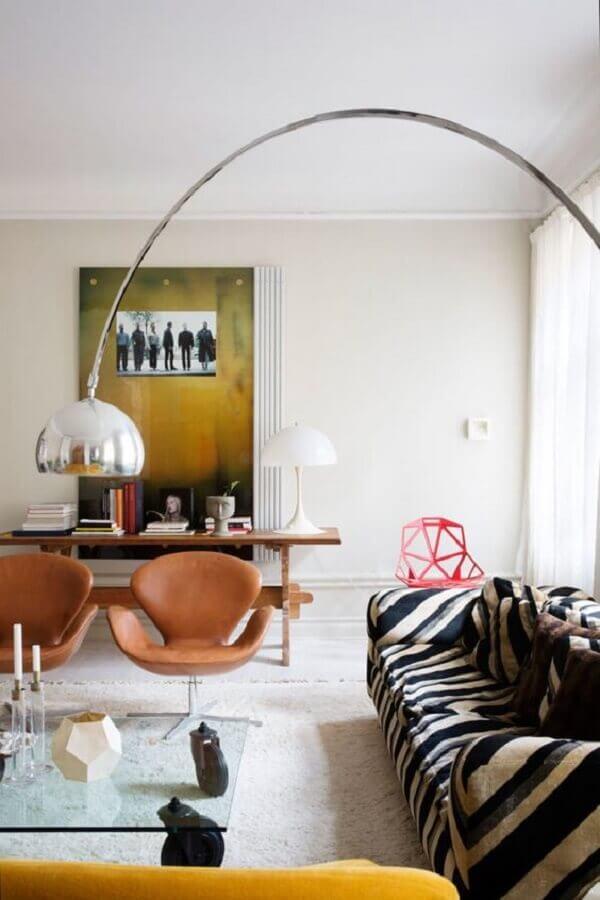 decoração clean para sala com poltrona marrom giratória Foto L'Essenziale