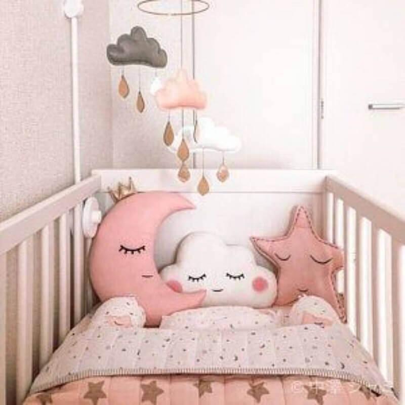 Decoração com almofadas para quarto de bebê menina