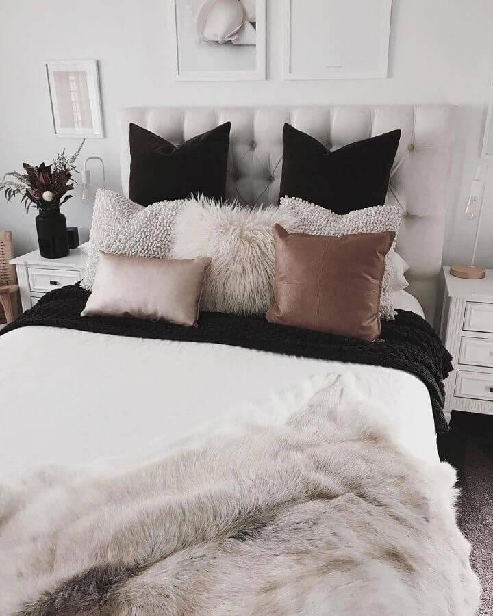 Decoração com almofadas para quarto de casal