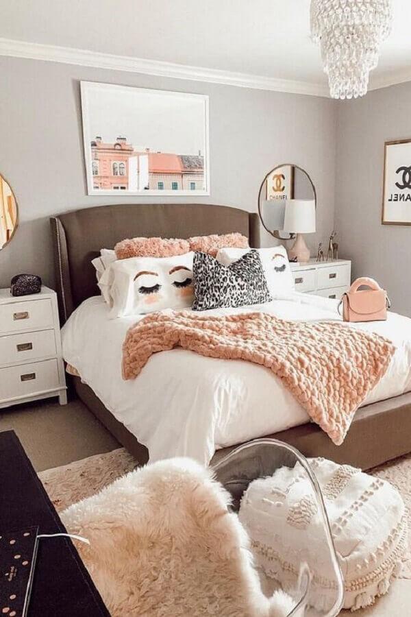 Decoração com almofadas para quarto feminino amplo