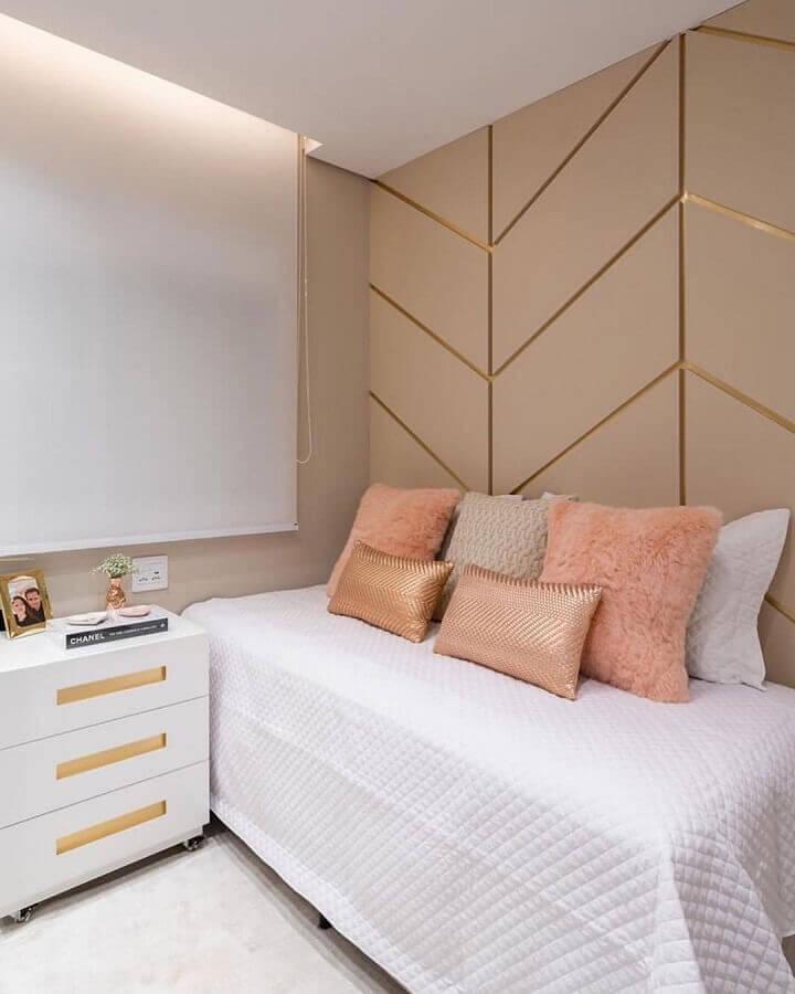Decoração com almofadas para quarto feminino branco e rosa