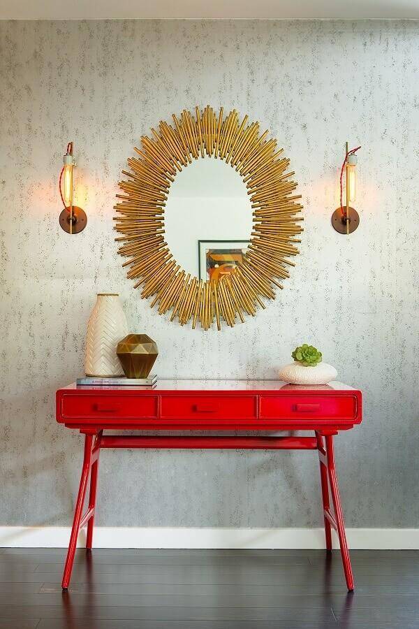 Decoração com aparador vermelho com espelho na parede oval