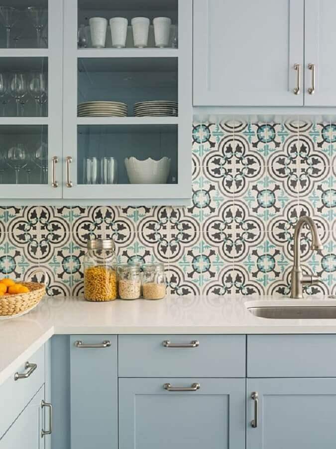 Decoração com armário azul pastel e azulejo de cozinha retrô