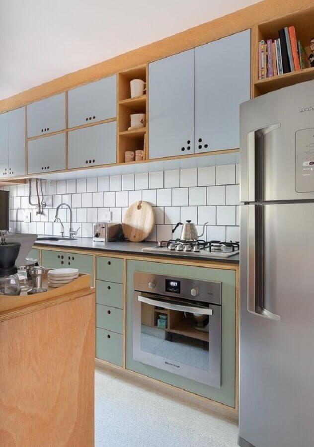 Decoração com armário planejado retrô e azulejo de cozinha branco