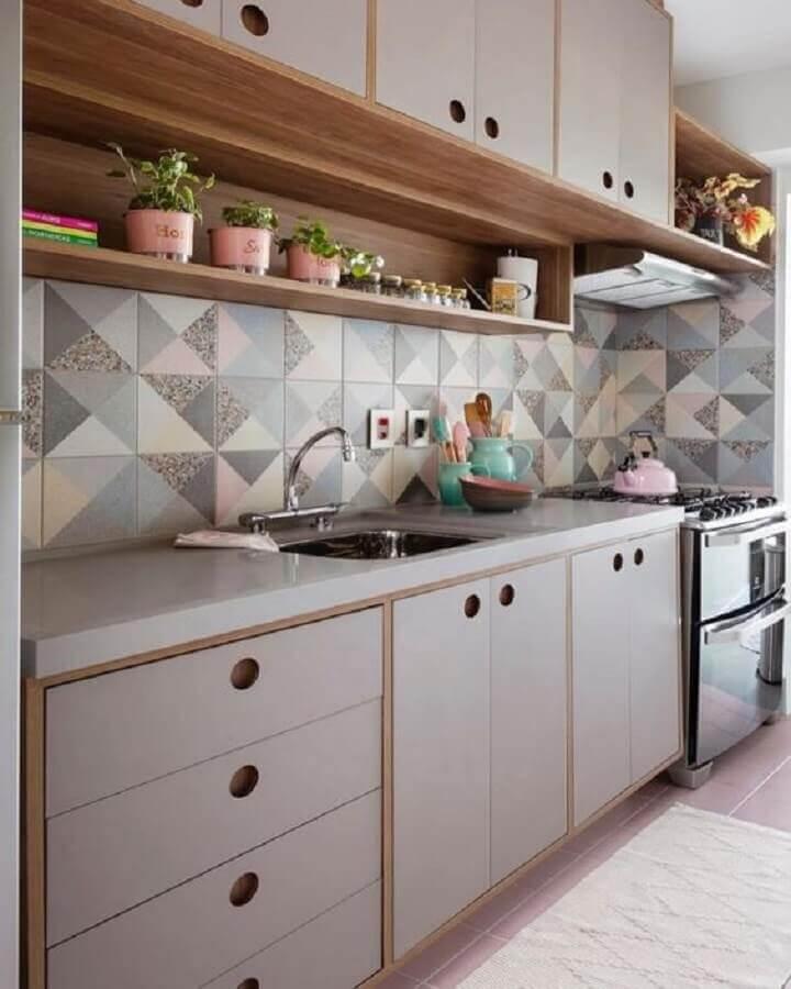 Decoração com armário retrô e azulejo de cozinha estampado em cores claras