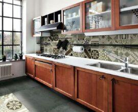 decoração com armários de madeira e azulejo de cozinha estampado em cores neutras Foto Dicas de Mulher