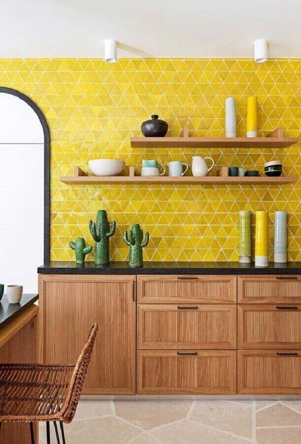 Decoração com armários de madeira e azulejo para parede de cozinha amarela