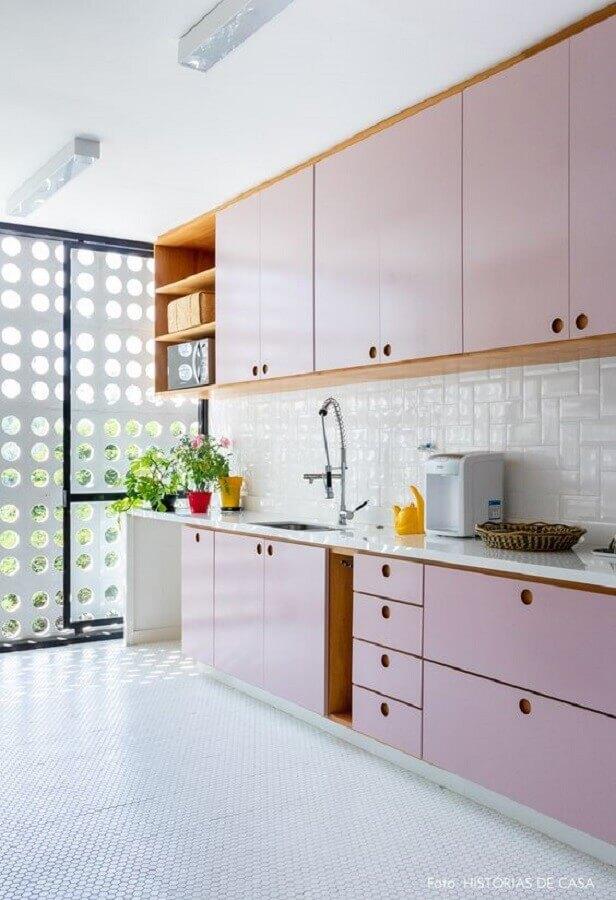 Decoração com armários em tons pastéis e azulejo de cozinha branco