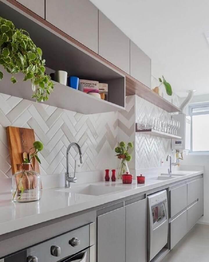 Decoração com armários planejados e azulejo de cozinha em formato de escama de peixe