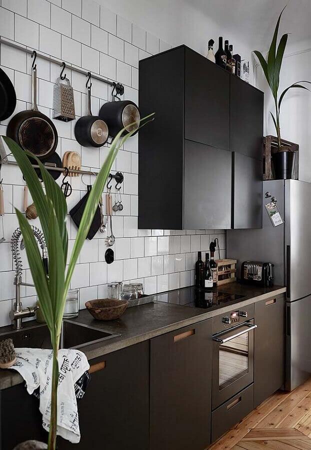 Decoração com azulejo de cozinha branco e armários pretos com acabamento fosco