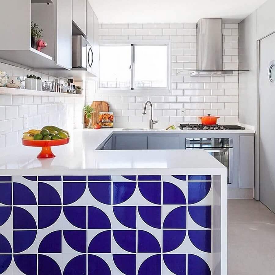 Decoração com azulejo de cozinha branco e azul com armário planejado em U