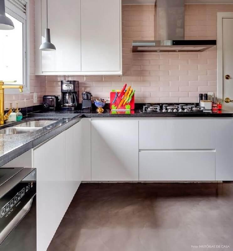 Decoração com azulejo de cozinha cor de rosa e armários brancos