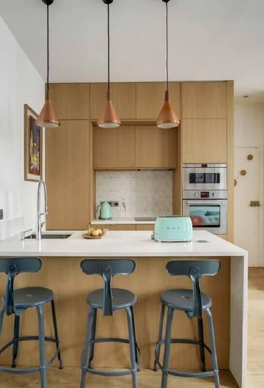 Decoração com banquetas altas para bancada de cozinha de madeira