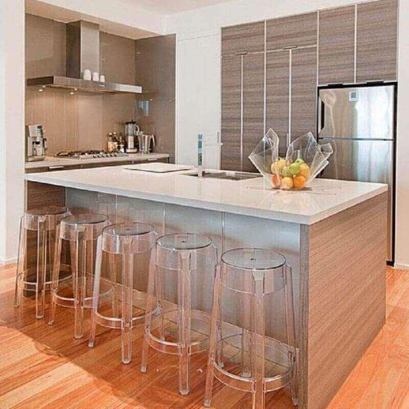 Decoração com banquetas de acrílico para bancada de cozinha com ilha
