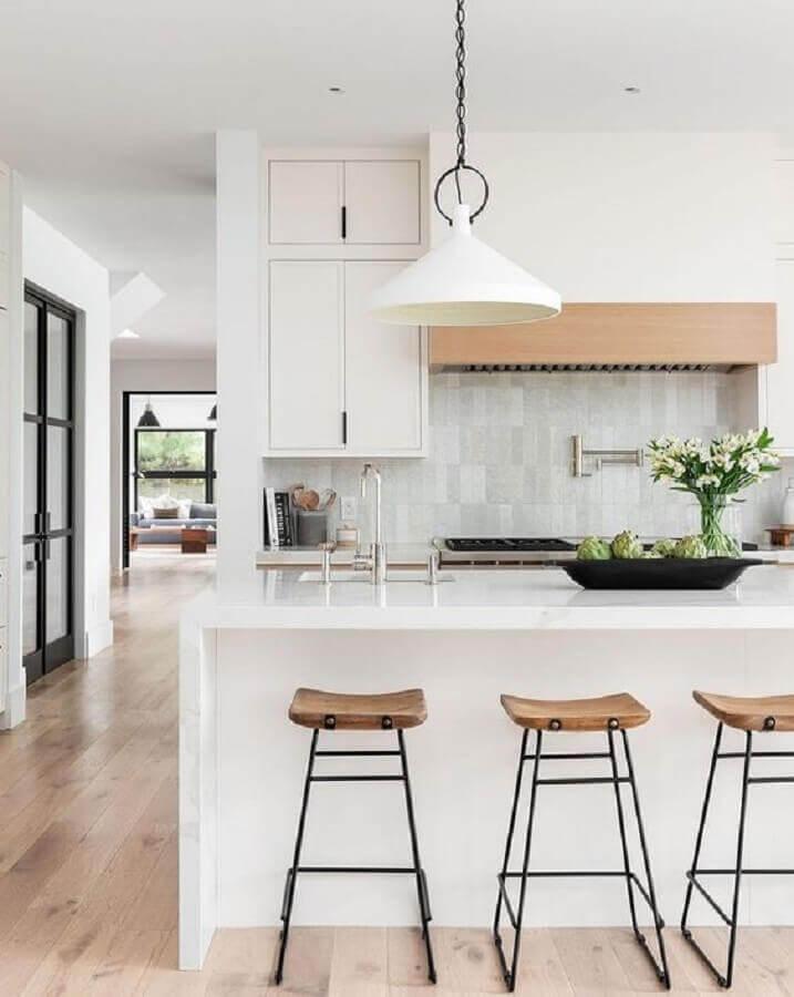 Decoração com banquetas para bancada de cozinha branca planejada