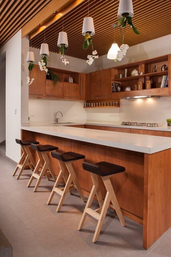 Decoração com banquetas para bancada de cozinha de madeira