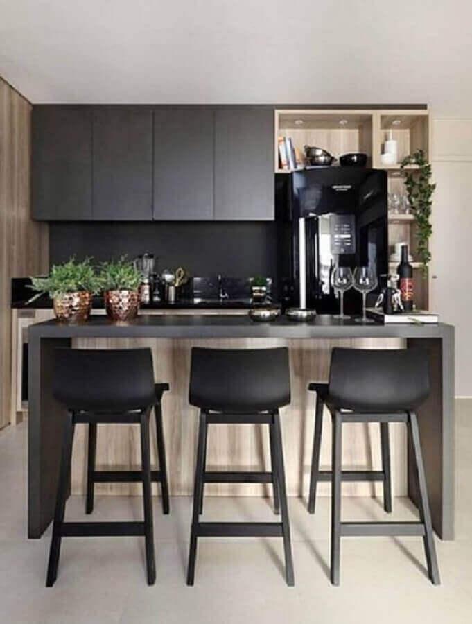 Decoração com banquetas para bancada de cozinha preta com detalhes em madeira