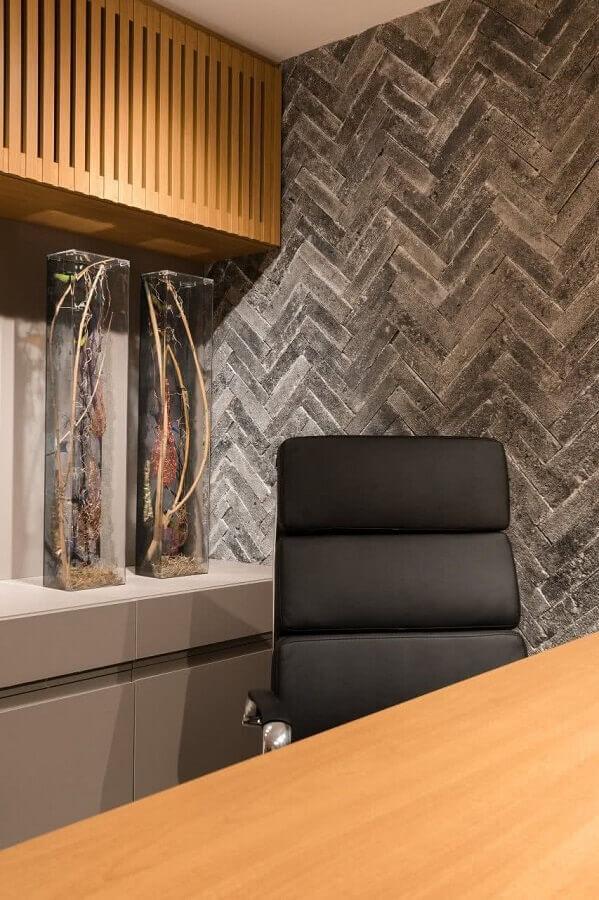 decoração com cadeira acolchoada escritório  Foto IG Arquitetura e Interiores