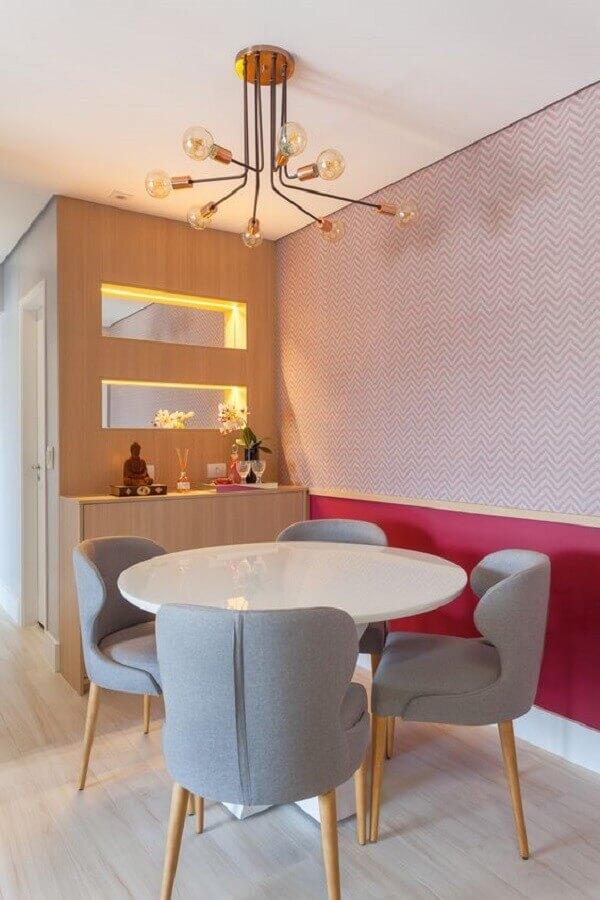 decoração com cadeiras acolchoadas para mesa de jantar redonda pequena Foto Rúbia M. Vieira Interiores