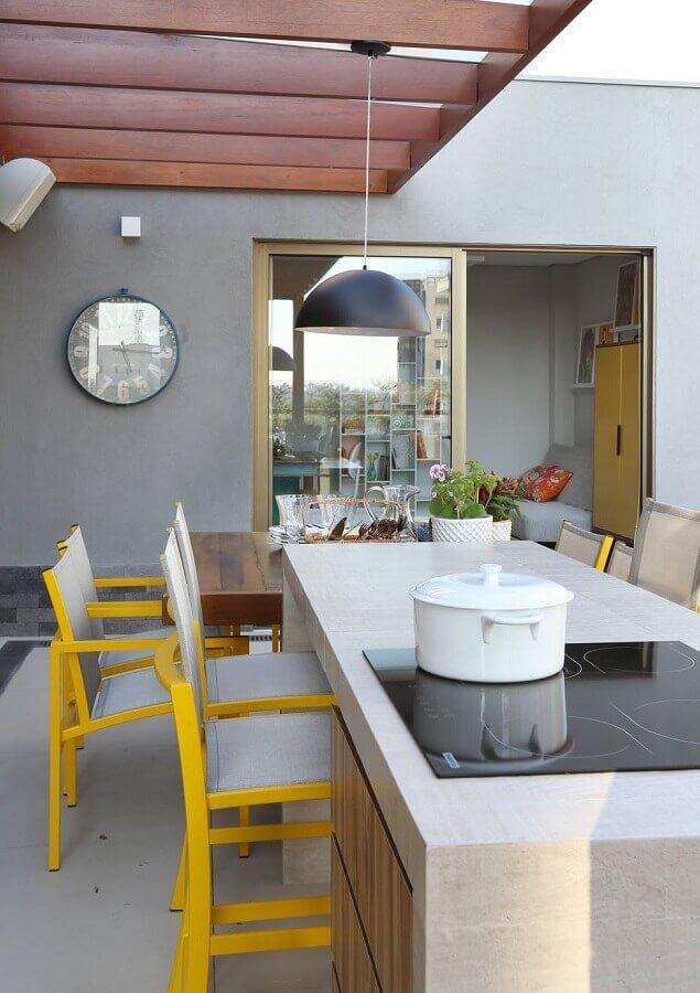 decoração com cadeiras amarelas para área gourmet com ilha Foto Homify