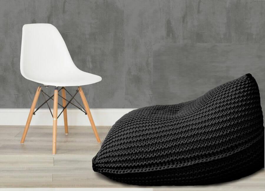decoração com caeira eames branca e puff fofão preto de crochê  Foto Elo7