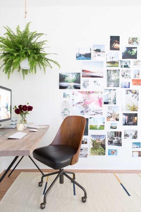 decoração com escrivaninha de madeira e cadeira acolchoada para estudo Foto Pinterest