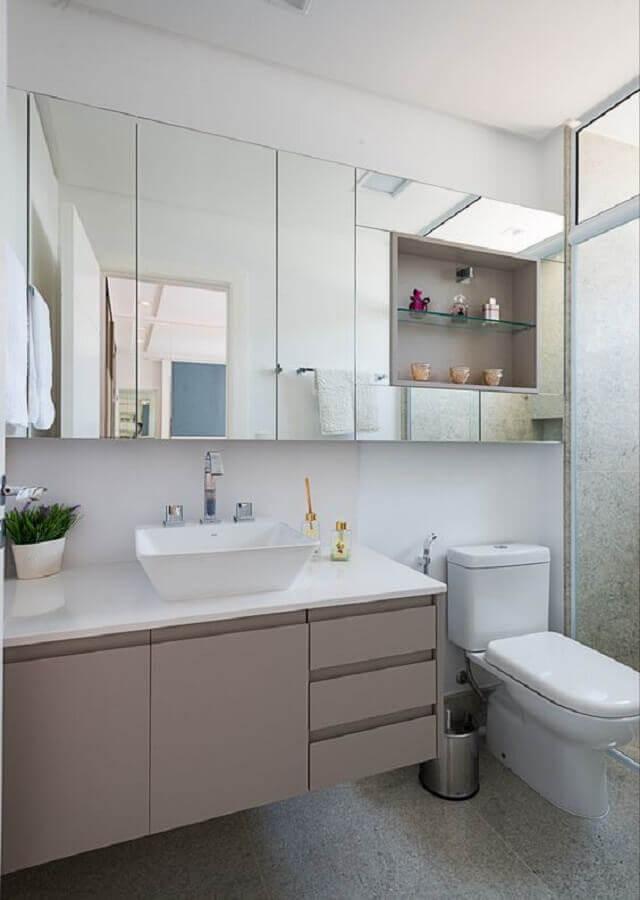 Decoração com espelheira grande para banheiro cinza e branco