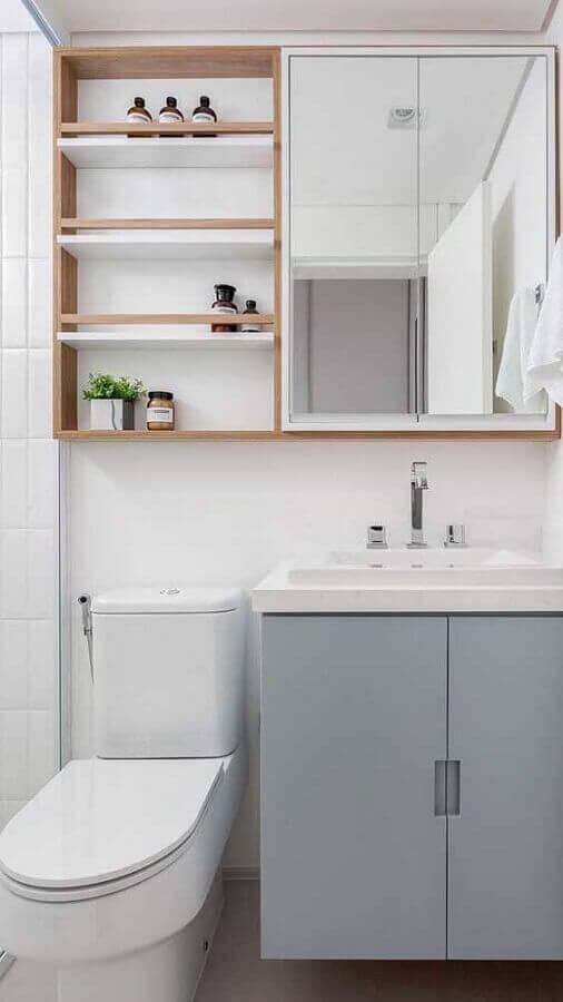 Decoração com espelheira para banheiro com prateleira de madeira