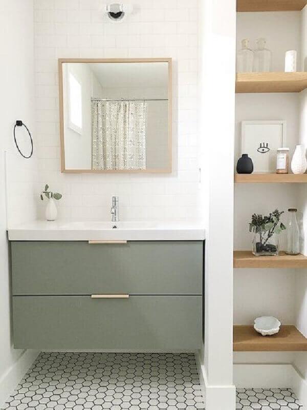Decoração com espelho quadrado e armário de banheiro planejado pequeno
