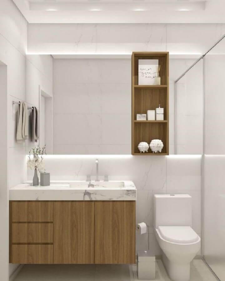 Decoração com gabinete de madeira e espelheira para banheiro branco