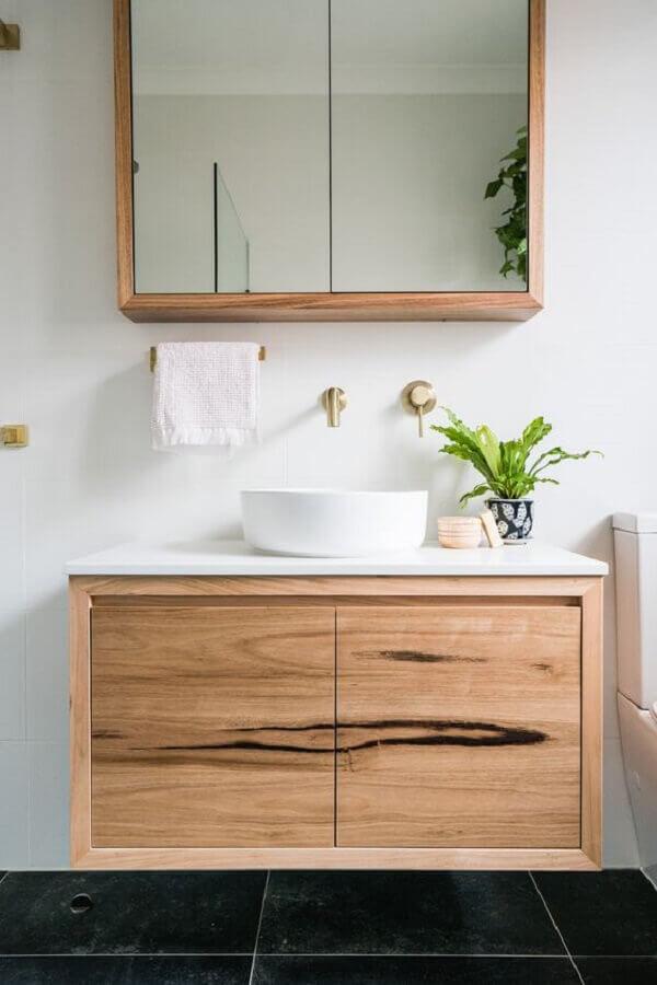 Decoração com gabinete de madeira e espelheira para banheiro simples