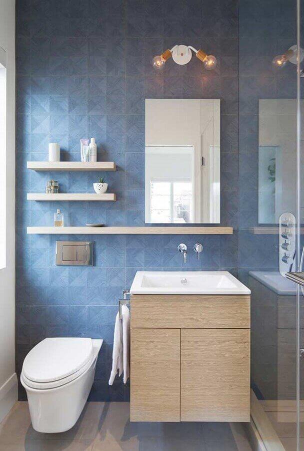 decoração com gabinete de madeira e revestimento para banheiro azul claro Foto Houzz