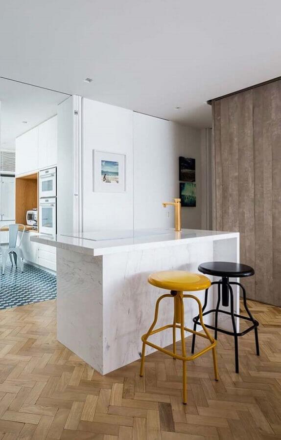 Decoração com mármore para bancada de cozinha com ilha