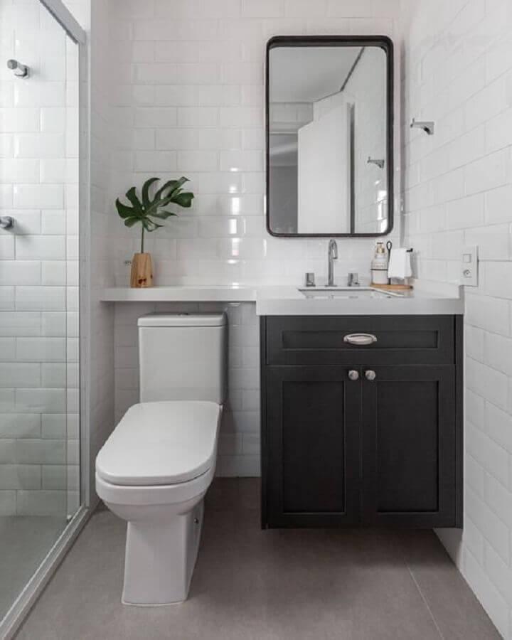 Decoração com metrô white e armário de banheiro planejado pequeno branco e preto