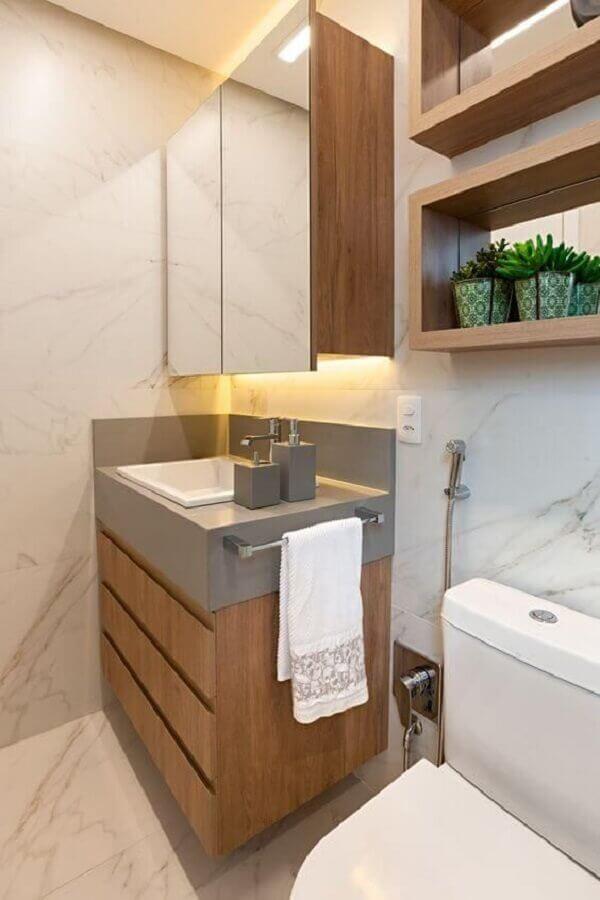 Decoração com nichos e gabinete para banheiro com espelheira de madeira