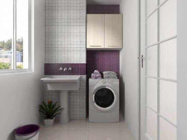 Área de serviço com máquina de lavar simples
