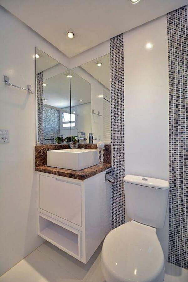 Decoração com pastilhas e armário pequeno de banheiro branco