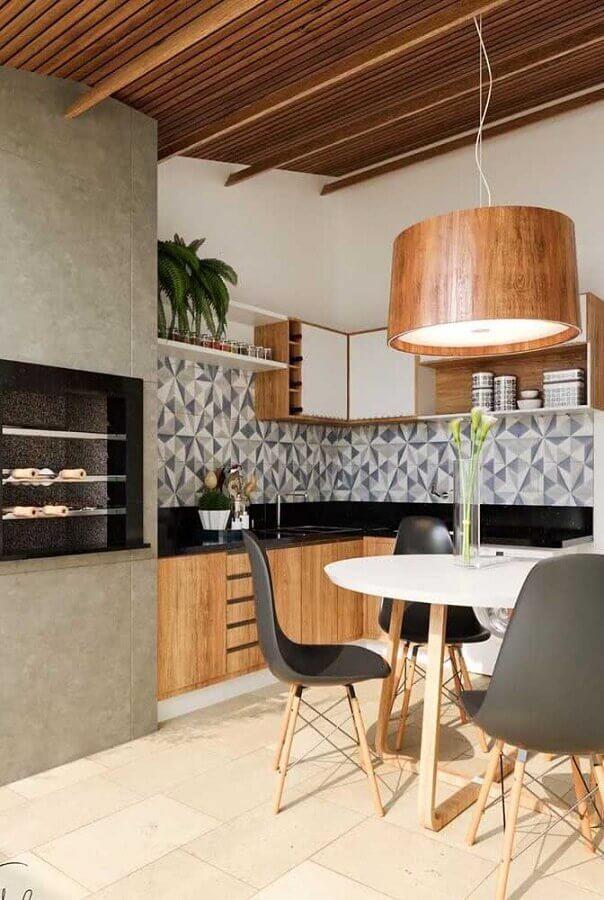 decoração com pendente para área gourmet moderna planejada de canto
