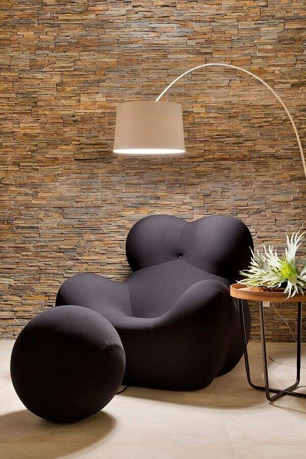 decoração com poltrona moderna com puff preto redondo Foto Casa de Valentina