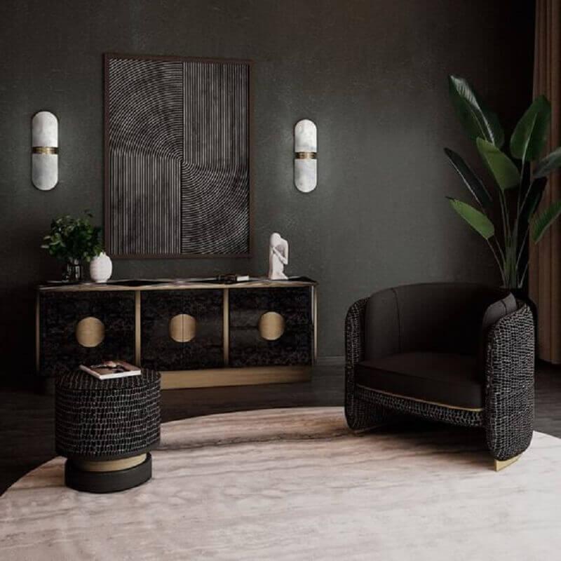 Decoração com poltrona preta para sala com vaso de planta no chão