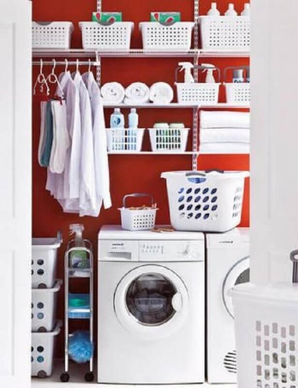 Decoração com prateleira de aço para lavanderia vermelha e branca