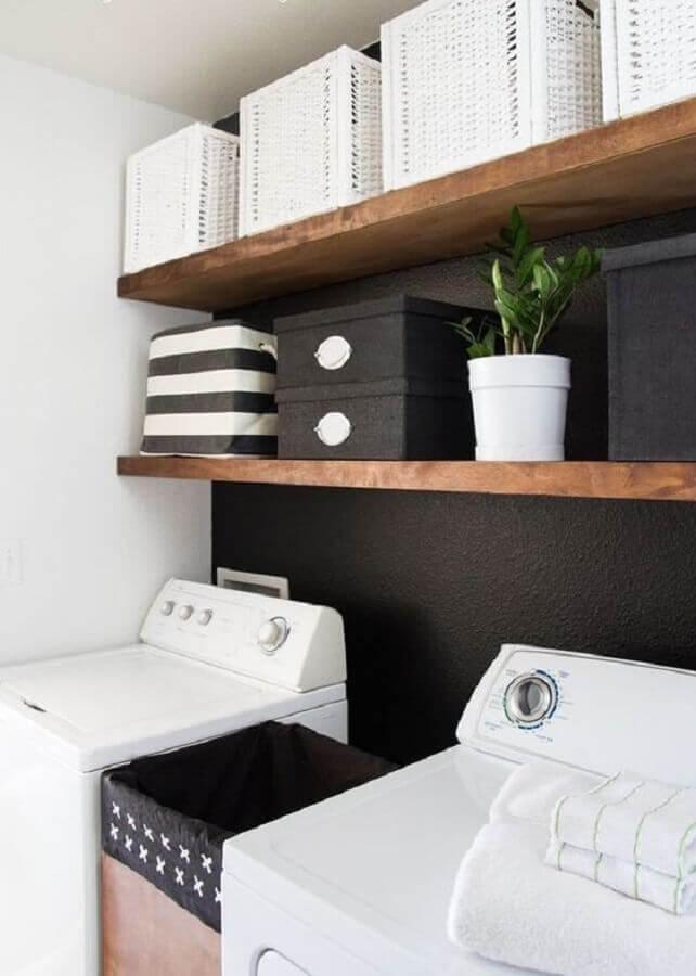 Decoração com prateleira de madeira para lavanderia preta e branca