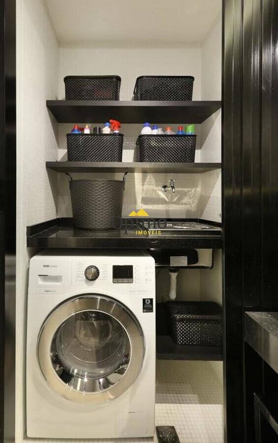 Decoração com prateleira para lavanderia pequena preta e cinza