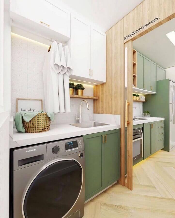 Decoração com prateleira para lavanderia planejada com armários brancos e verdes e divisória de madeira