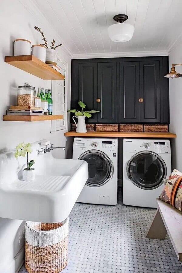 Decoração com prateleira para lavanderia preta e branca