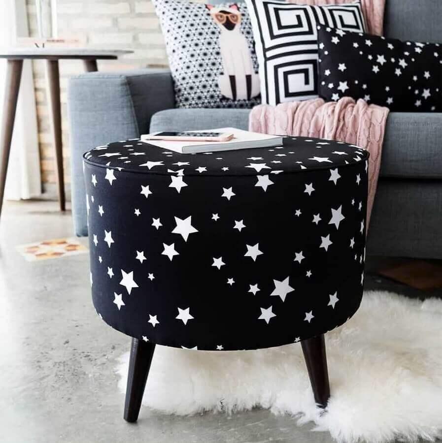 decoração com puff preto redondo com estampa de estrelas brancas Foto Andreas Móveis