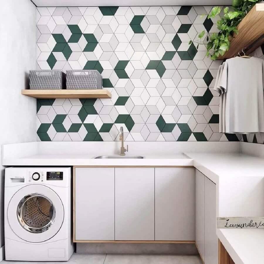 Decoração com revestimento moderno e prateleira para lavanderia